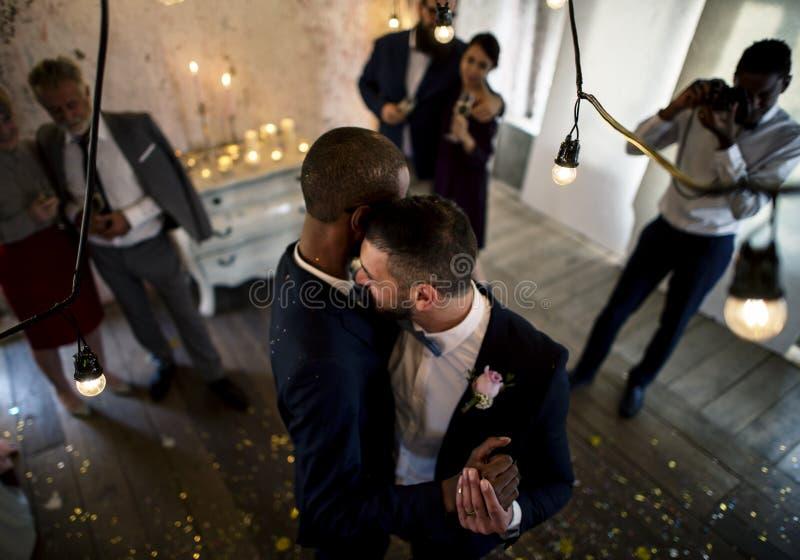 Baile gay de los pares del recién casado en la celebración de la boda fotografía de archivo libre de regalías