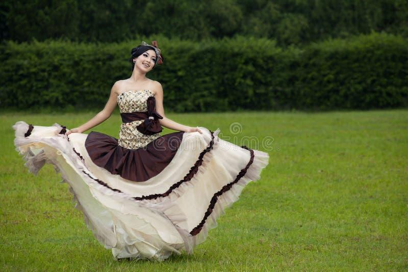 Baile hermoso de la mujer con el vestido formal foto de archivo