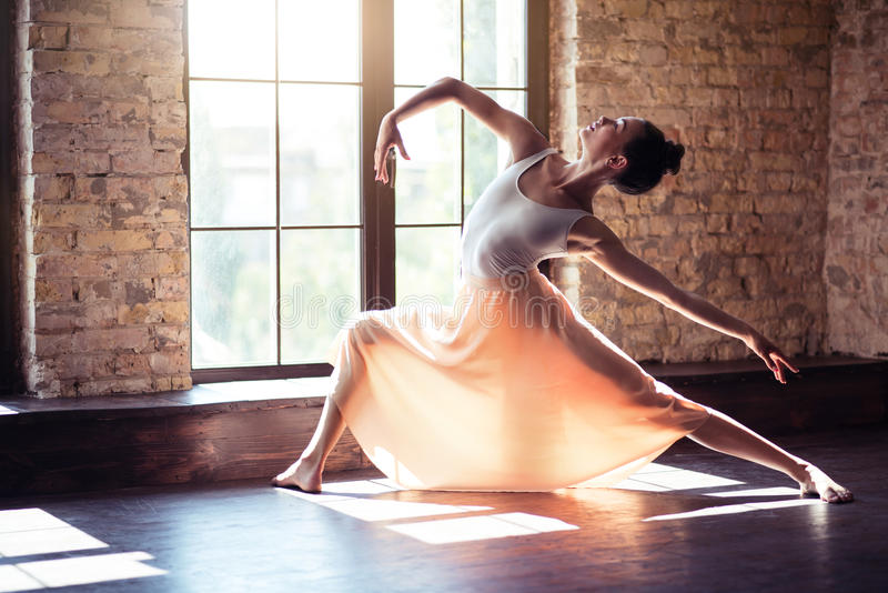 Baile hermoso de la mujer joven foto de archivo