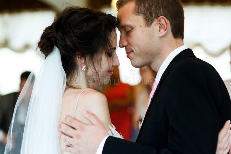 Baile hermoso de novia y del novio de los pares románticos y sensuales en imagen de archivo libre de regalías