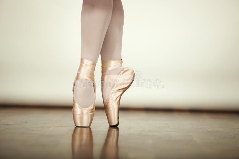 Baile joven de la bailarina fotografía de archivo libre de regalías