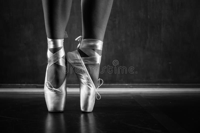 Baile joven de la bailarina foto de archivo libre de regalías