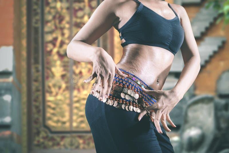 Baile joven de la bailarina de la danza del vientre en el aire libre fotos de archivo