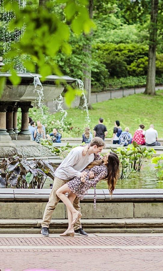 Baile joven de los pares por la fuente en New York City imagenes de archivo