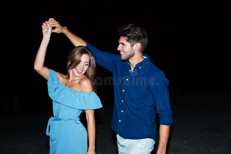 Baile joven feliz de los pares junto foto de archivo