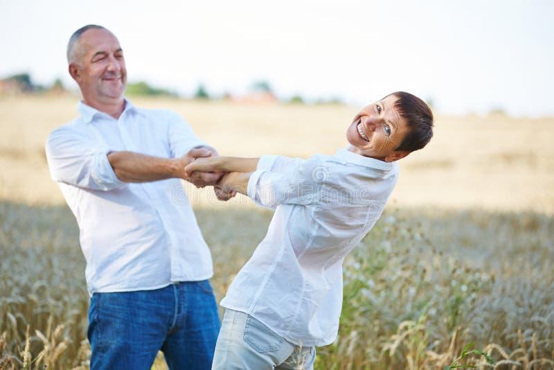 Baile mayor de los pares en verano imágenes de archivo libres de regalías