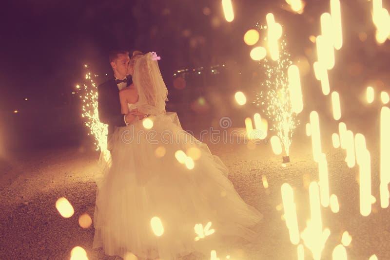 Baile nupcial de los pares sorrounding por los fuegos artificiales fotografía de archivo libre de regalías