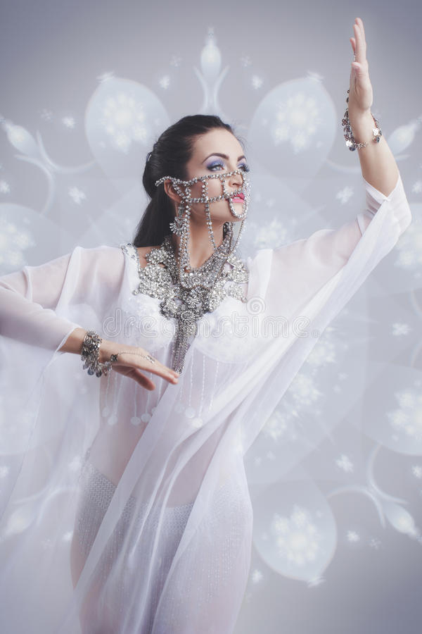 Baile oriental atractivo de la bailarina de la danza del vientre en el equipo de seda del weil imágenes de archivo libres de regalías