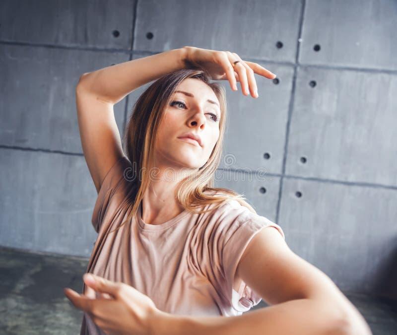 Baile profesional del bailarín de la mujer hermosa joven durante un rehea fotos de archivo
