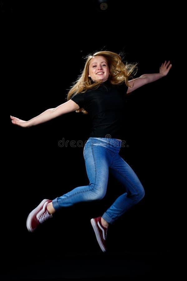 Baile rubio joven alegre imagen de archivo