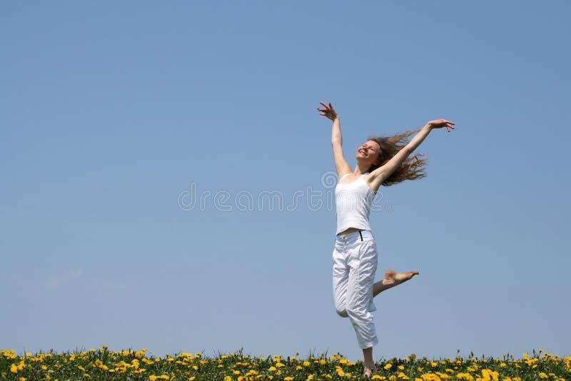 Baile sonriente de la muchacha imágenes de archivo libres de regalías