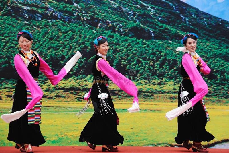 Baile tibetano de las mujeres imágenes de archivo libres de regalías
