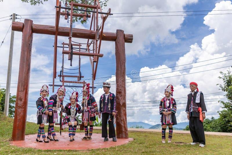 Baile tradicional de la minoría de la tribu de la colina de Akha en festival del oscilación de Akha foto de archivo libre de regalías