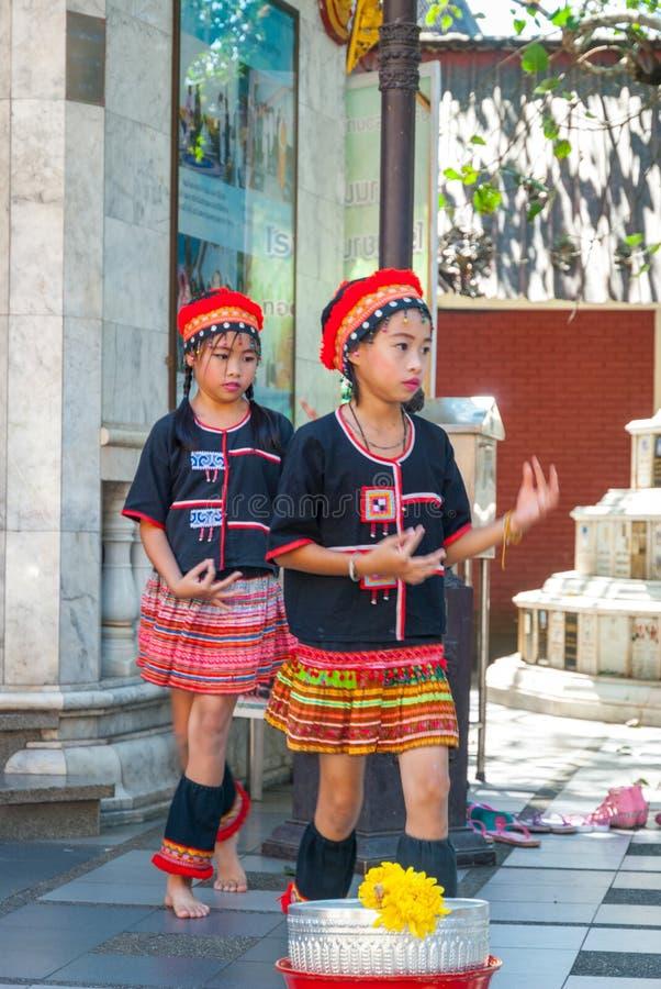 Baile tribal de las muchachas imágenes de archivo libres de regalías
