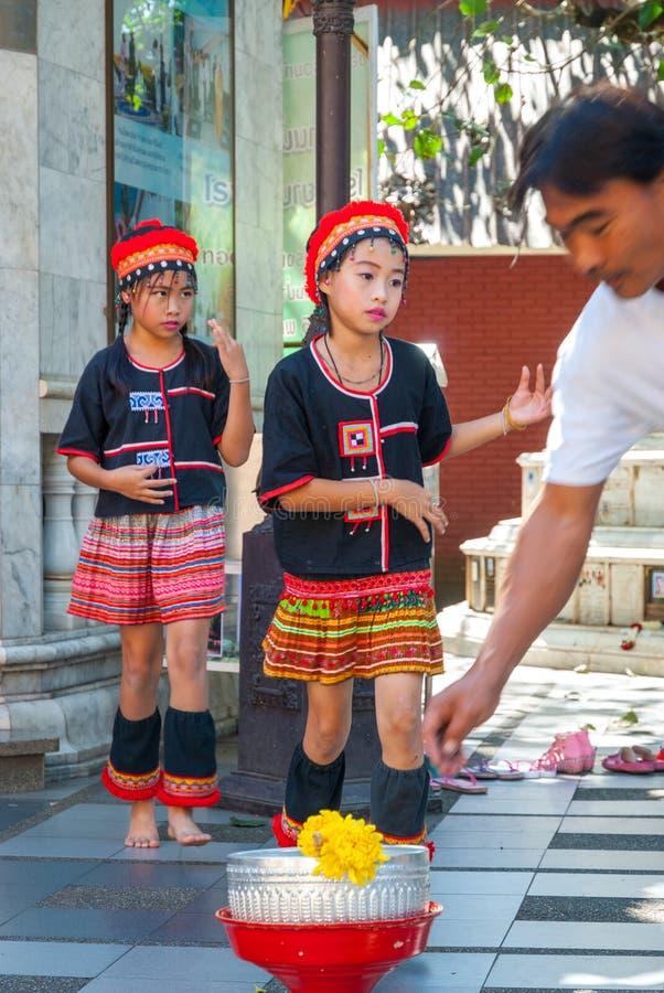 Baile tribal de las muchachas imagen de archivo libre de regalías