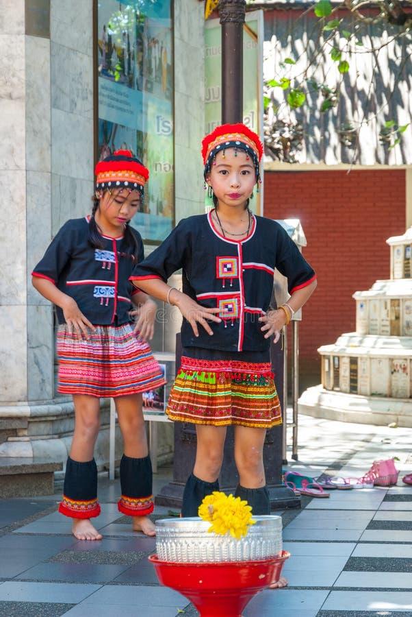 Baile tribal de las muchachas imagenes de archivo
