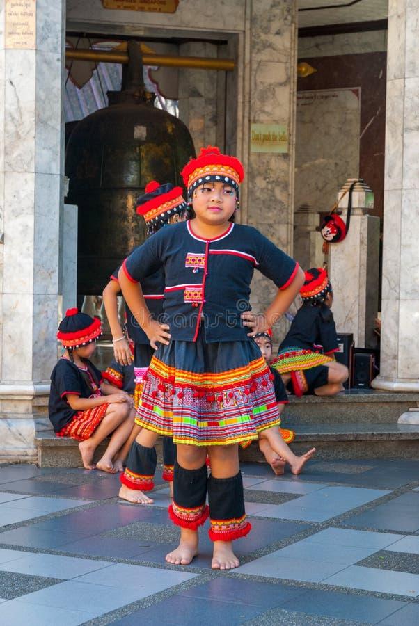 Baile tribal de las muchachas fotografía de archivo