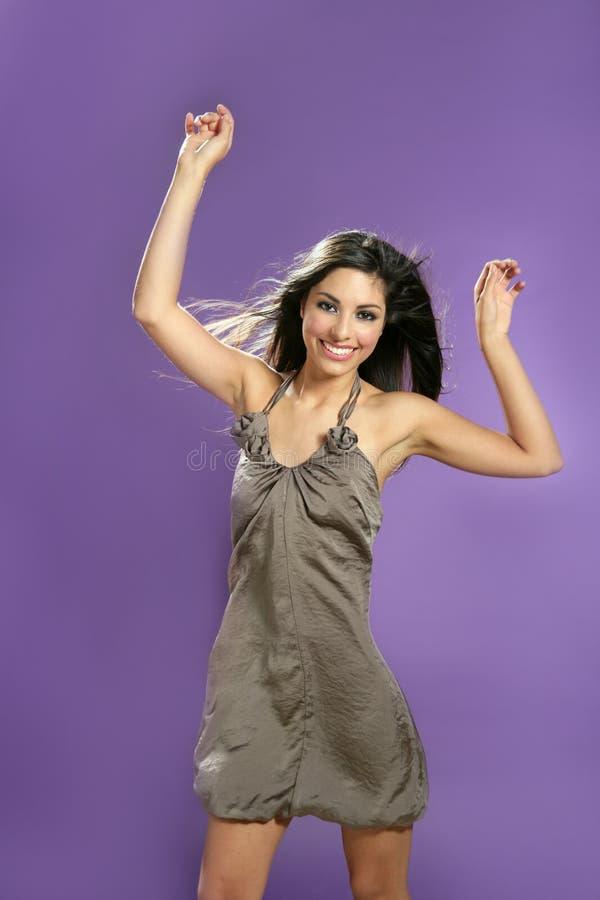 Baile trigueno en el estudio en fondo púrpura fotografía de archivo