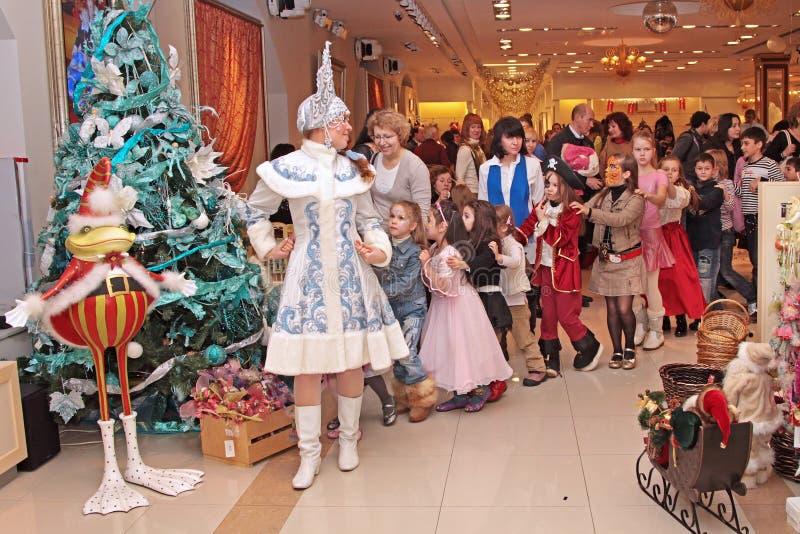 Baile virginal de la nieve con los niños en el funcionamiento del Año Nuevo en imagen de archivo libre de regalías