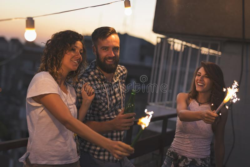 Baile y el agitar con las bengalas en un partido del tejado foto de archivo
