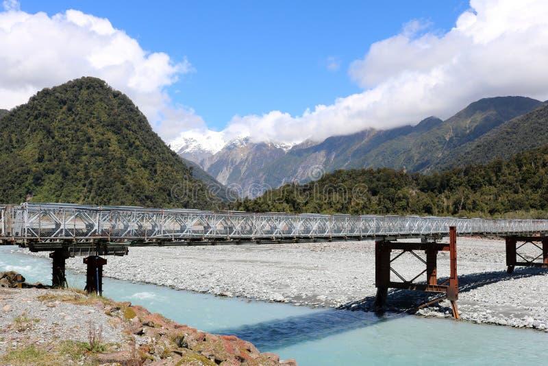 Bailey Bridge på statlig huvudväg 6 över den Waiho floden royaltyfri foto