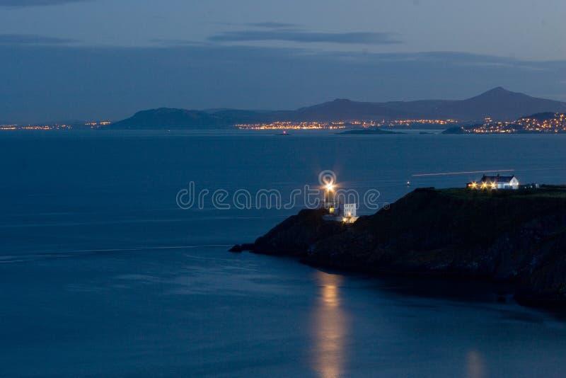 Baily latarnia morska przy nocą w Howth, Dublin, Irlandia zdjęcie stock