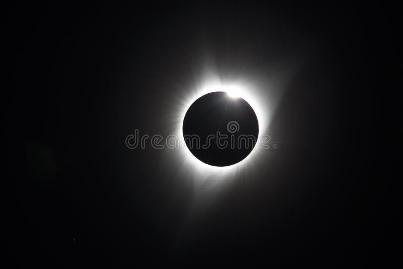Baily pärlor på sammanlagd sol- förmörkelse arkivfoton