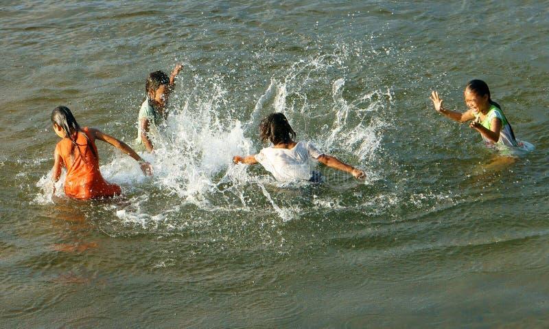 Bain asiatique d'enfants sur la rivière vietnamienne photographie stock libre de droits