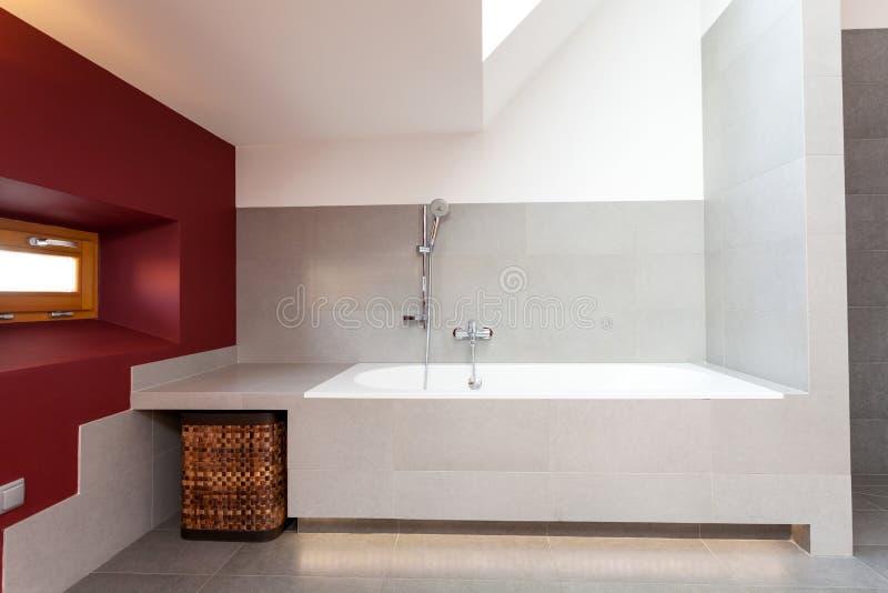 Bain blanc dans la salle de bains moderne image libre de droits