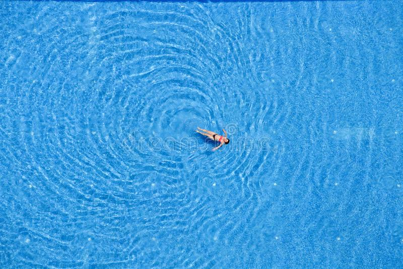 Bain de femme dans la piscine à l'hôtel Vue supérieure La Turquie photographie stock