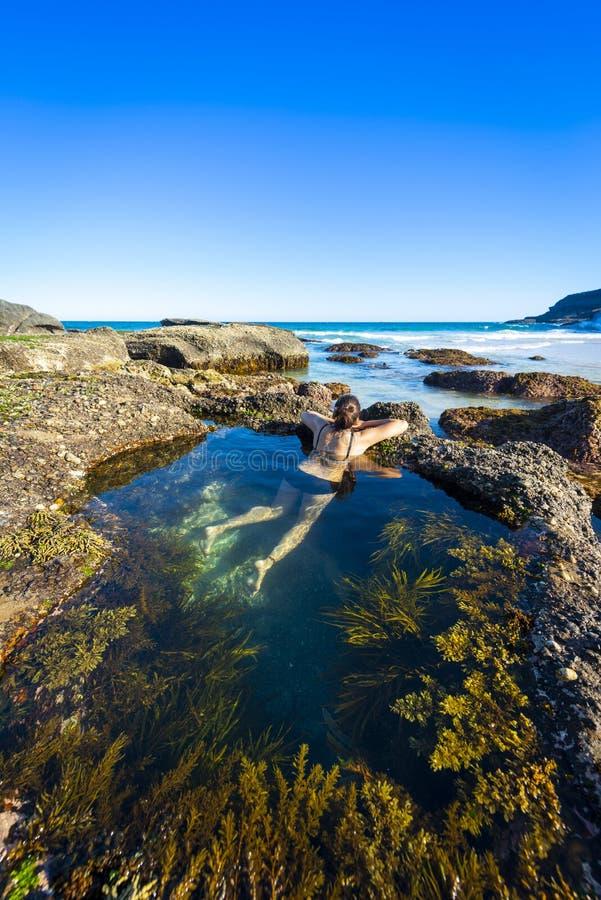 Bain de femme en mer de Sydney de piscine de nature photographie stock libre de droits