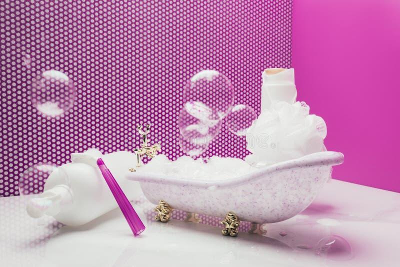 bain de jouet avec de vrais approvisionnements d'hygiène personnelle de taille et bulles de savon image libre de droits