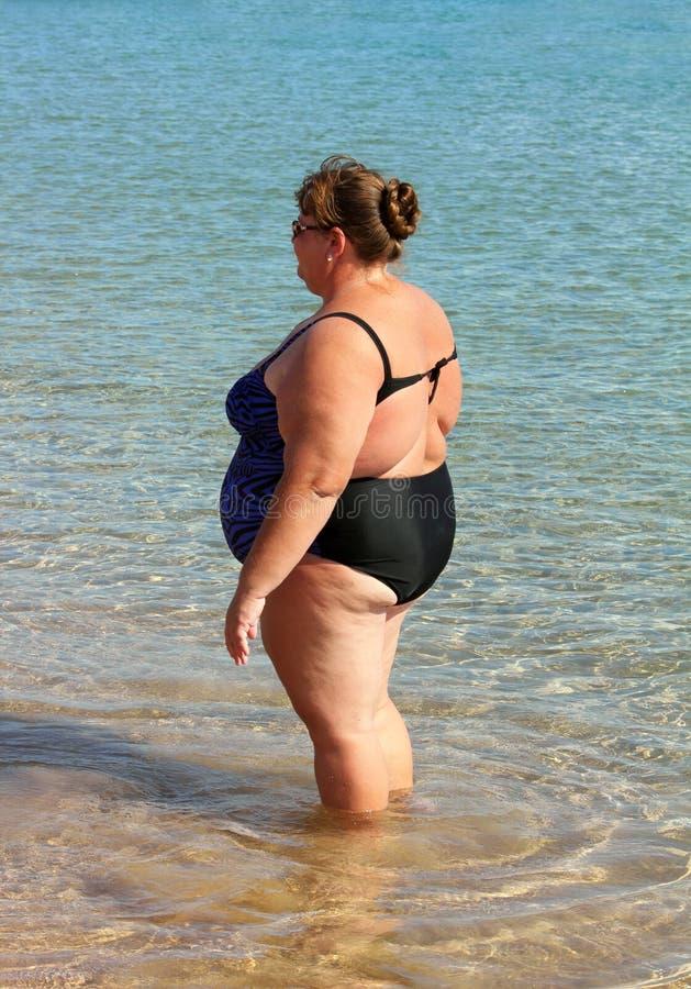 Bain de poids excessif de femme image stock