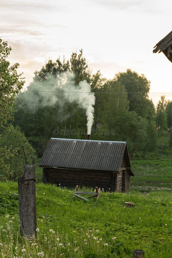 Bain en bois sur le lac Village russe photos stock