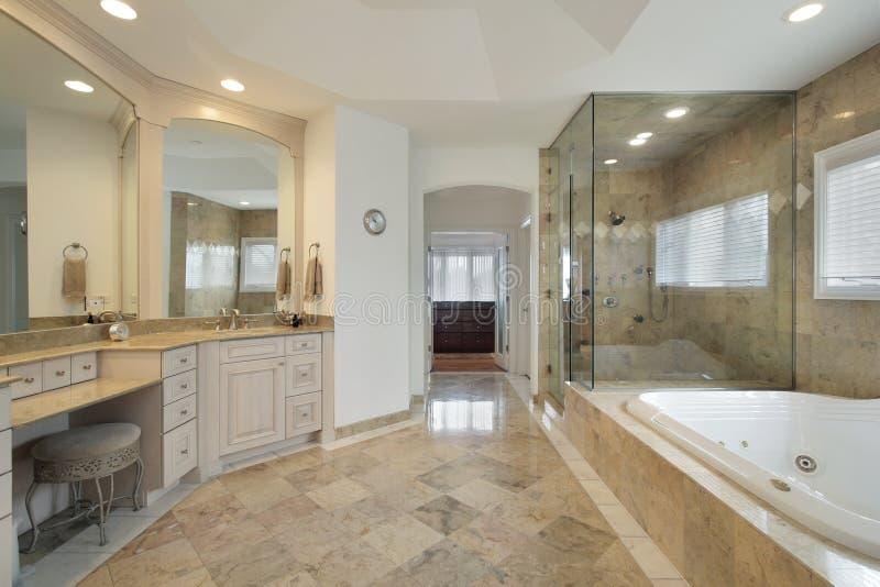 Bain principal avec la douche en verre image libre de droits