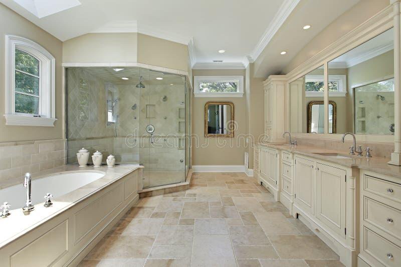 Bain principal avec la grande douche en verre photo stock