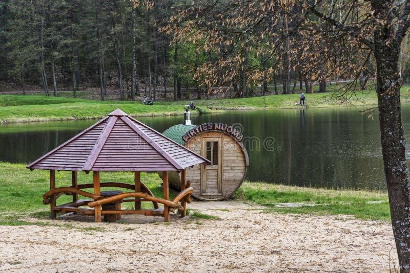 Bain public et belvédère sur le rivage près du lac de forêt image libre de droits