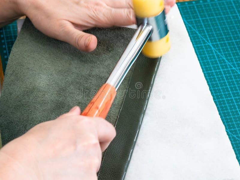 Bainha do bolso dos processos do artesão pelo martelo de borracha imagem de stock