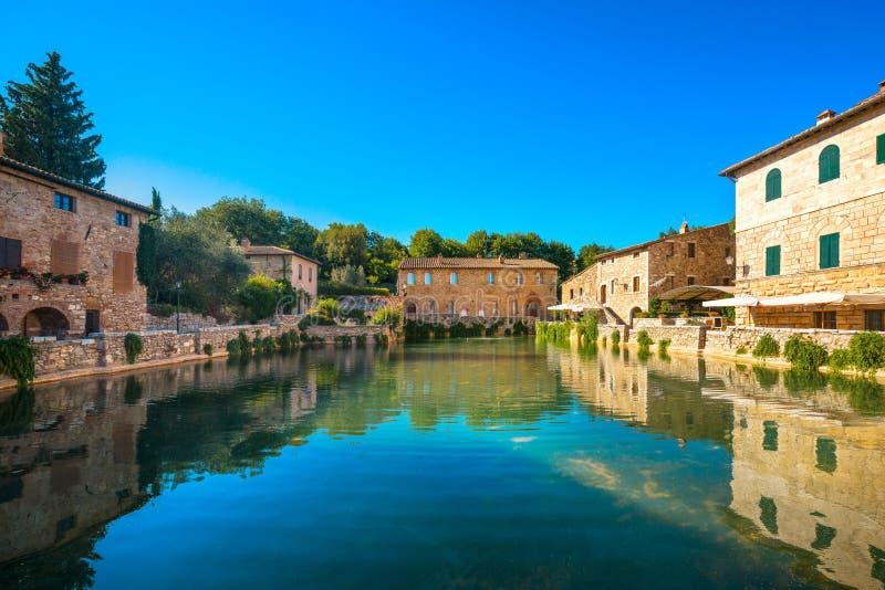 Bains thermiques médiévaux de village de Bagno Vignoni ou piscine chaude tuscan image stock