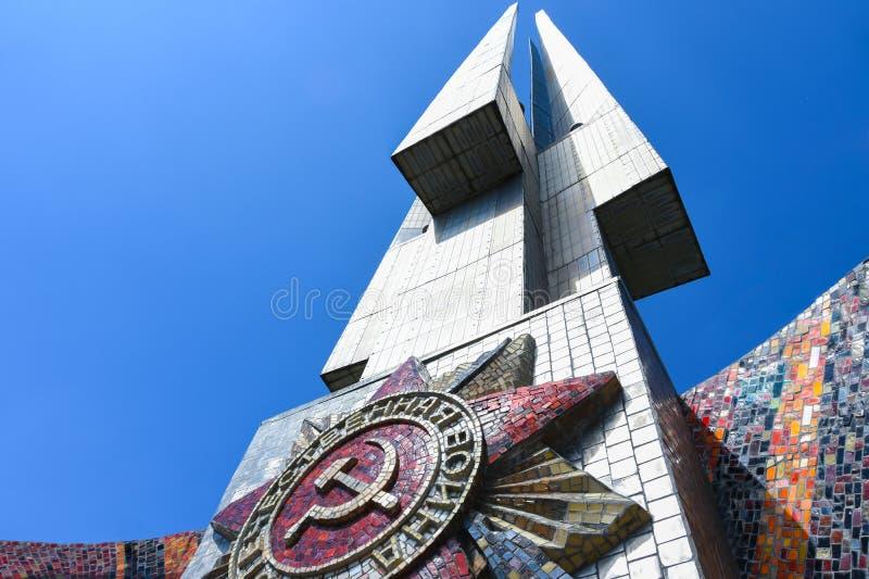 Baionette e la stella rossa del monticello commemorativo di gloria in Bielorussia in onore della vittoria nella seconda guerra mo immagine stock libera da diritti