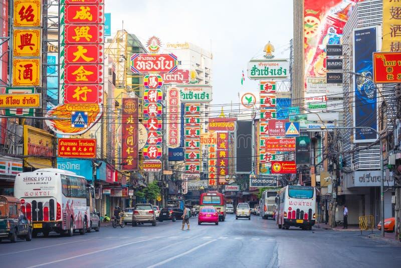 Bairro chinês, Banguecoque, Tailândia - 26 de março de 2017: rua com o quadro de avisos colorido na estrada de Yaowarat, lugar fa imagem de stock royalty free