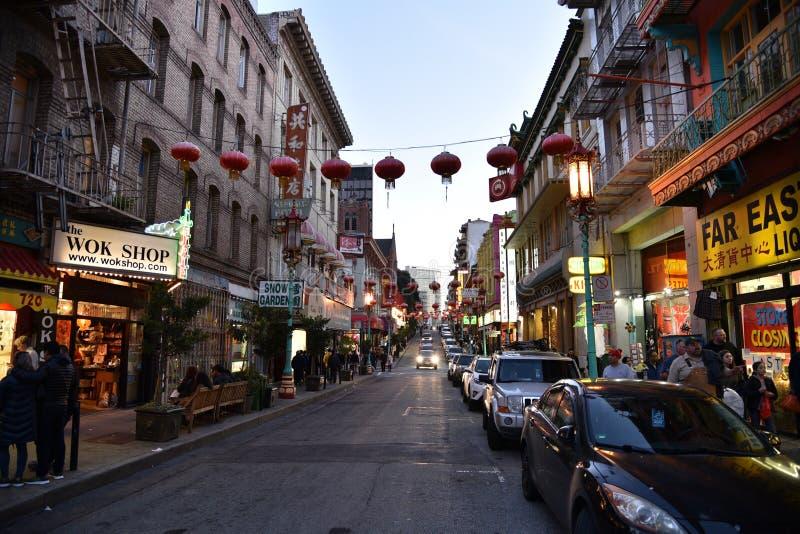 Bairro chinês na noite, San Francisco, Califórnia, EUA, o 27 de dezembro de 2017 fotos de stock