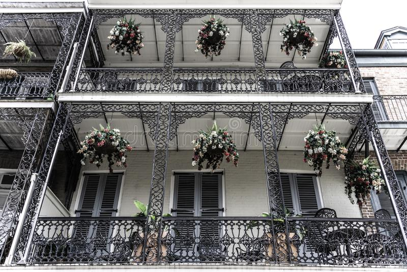 Bairro francês de Nova Orleães e seus balcões icônicos imagem de stock