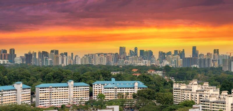 Bairro social de Singapura com opinião da skyline da cidade foto de stock