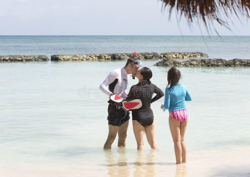 Baiser d'épouse de mari se tenant dans l'eau de Fatima Bay photographie stock libre de droits