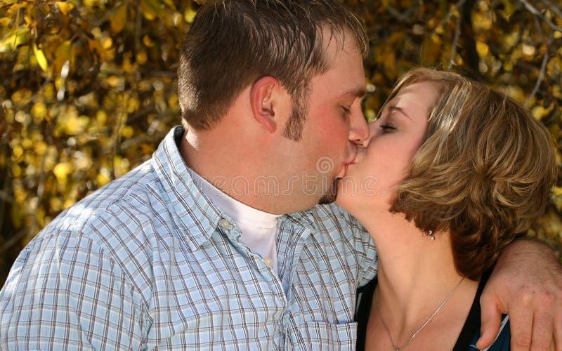 Baiser d'automne de couples image libre de droits