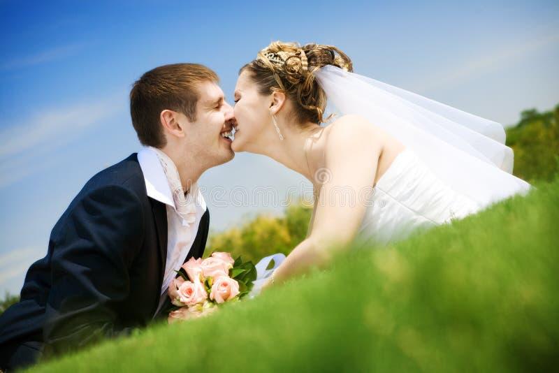 Baiser de mariée et de marié photographie stock libre de droits