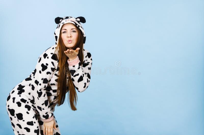 Baiser de soufflement de port de bande dessinée de pyjamas de femme image stock
