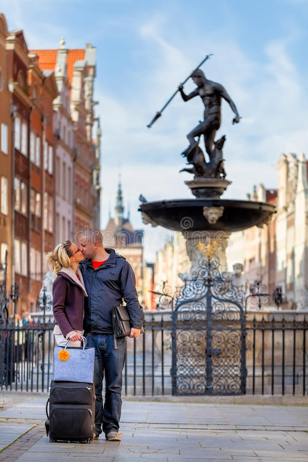 Baiser par la fontaine de Neptune - Danzig, Pologne image libre de droits