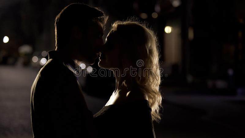 Baiser sensuel de deux personnes affectueuses, couples romantiques appr?ciant la date, ?galisant le temps photos libres de droits